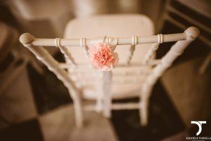dettaglio di un fiore dietro sedia chiavarina